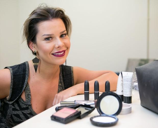 Alô, mulherada! Fê Souza mostra o que não pode faltar na hora da make (Foto: Isabella Pinheiro/Gshow)