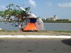 Desempregada, mulher monta barraca em calçada de avenida no MA