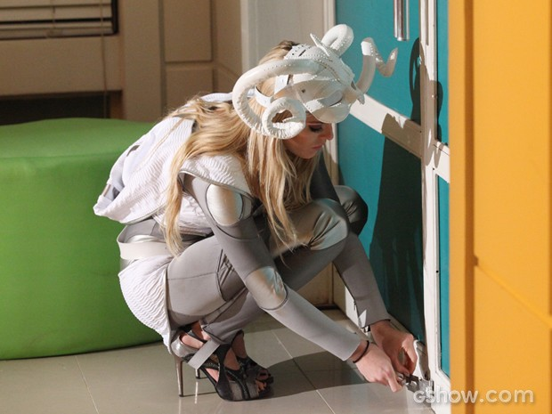 Megan tranca o primo no meio da festa. Coitado! (Foto: Carol Caminha/TV Globo)