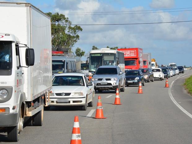 Trânsito ficou intenso no local do acidente (Foto: Walter Paparazzo/G1)