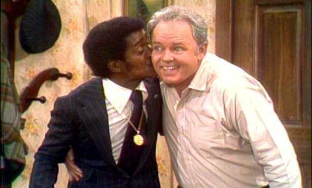 Já em 1972, a beijoca que o músico negro Sammy Davis Jr. (1925-1990) deu na bochecha direita do ator branco Carroll O'Connor (1924-2001) no seriado 'All in the Family' (1971–1979) deu o que falar. (Foto: Reprodução)