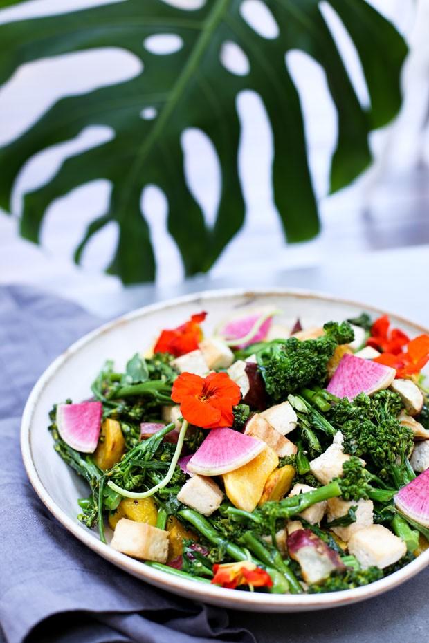 Salada de raízes e flores: receita que é a cara da primavera (Foto: Simplesmente)