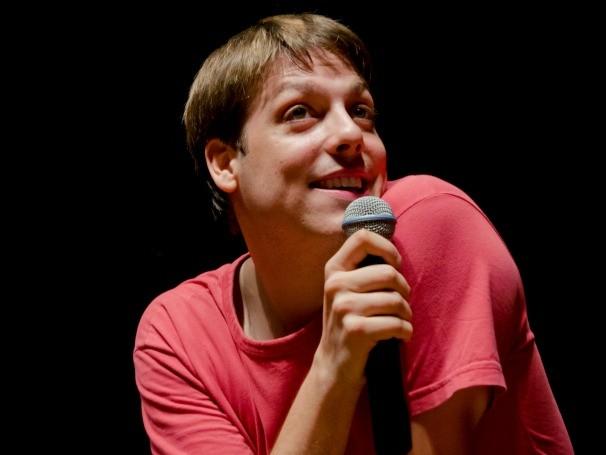 A comédia 'Fora do Normal' aborda temas do cotidiano como telemarketing, avião e tecnologia em banheiros (Foto: Divulgação)