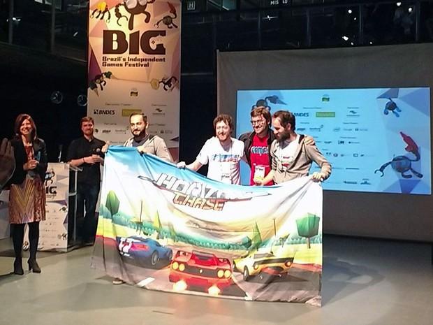 Os desenvolvedores de 'Horizon Chase' sobem ao palco para receber o prêmio de melhor game no 4º BIG Festival (Foto: Reprodução/Twitter/BIG_Festival)