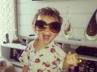 Filho de Priscila Pires brinca com óculos da mãe: 'Que figura!'