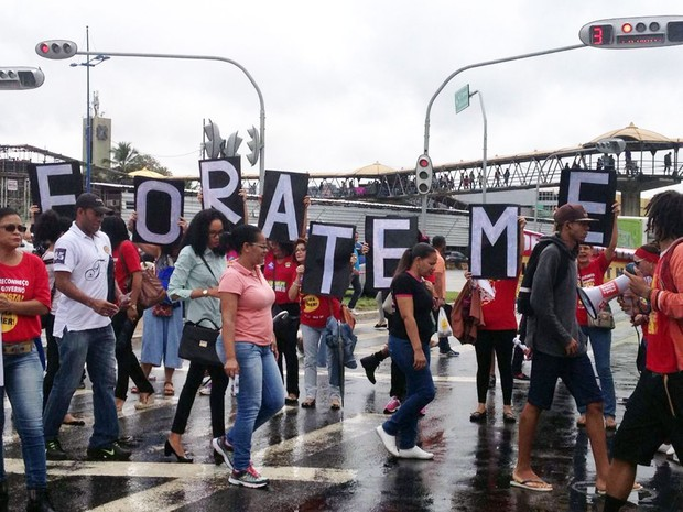 Grupo ocupa faixa de pedestres quando semáforo é fechado (Foto: Rafael Teles/G1)