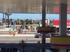 Funcionários da limpeza de rua de Cabo Frio bloqueiam avenida em ato