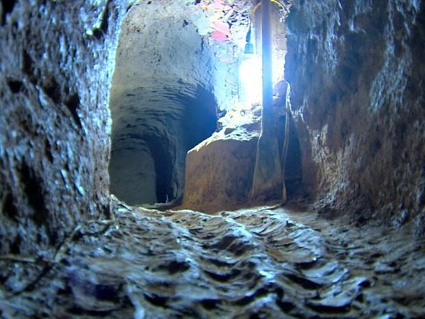 Bando responsável pelo túnel e furto ainda não foi localizado (Foto: Daniela Branches/TV Amazonas)