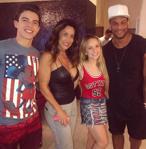 Thomaz Costa, Scheila Carvalho, Larissa Manoela e Tony Salles (Foto: Reprodução)