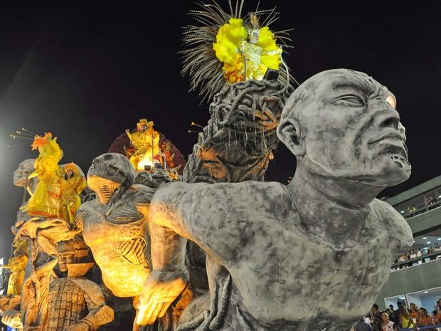 Carro Ancestralidade da Inocentes de Belford Roxo representa o ritual, com estátuas de caveiras e corpos humanos (Foto: Alexandre Durão/G1)