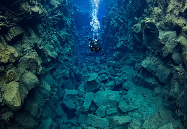Mergulhador na costa islandesa (Foto: Reprodução/Facebook)
