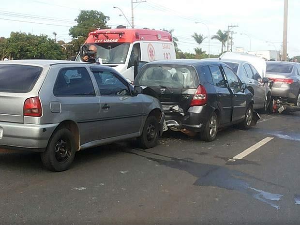 Veículos envolvidos em acidente na saída da Ponte JK, em Brasília, nesta quinta-feira (30) (Foto: Isabella Formiga/G1)