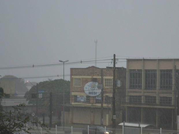 Temporal atinge cidade de Campo Grande na manhã de domingo (Foto: Ricardo Campos Jr. / G1 MS)