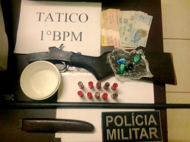 Polícia apreendeu drogas e armas de fogo com quatro suspeitos no bairro Cadeia Velha, em Rio Branco.  (Foto: Divulgação/Polícia Militar)