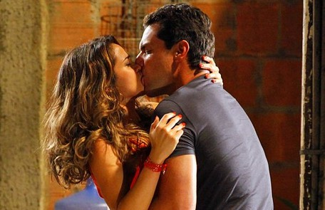Os dois se apaixonam e o capitão vai atrás dela no Complexo do Alemão. Eles brigam, mas acabam se beijando Divulgação/TV Globo