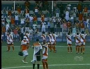 Torcida e time do Juventude comemora vitória na estreia (Foto: Reprodução/TV Anhanguera)