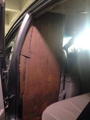 Chapas de ferro utilizadas para a segurança do motorista do veículo (Foto: Roberta Salinet/RBS TV)