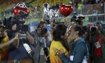 Isadora Cerullo (de amarelo) recebe um beijo e um pedido de casamento da namorada, Marjorie Enya