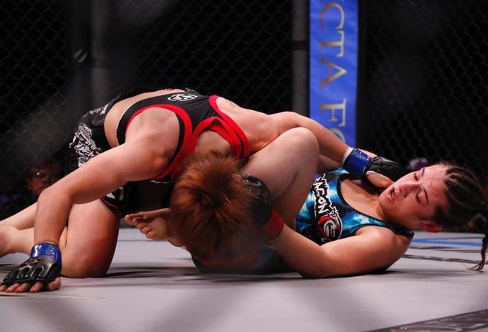 Ayaka Hamasaki fica por cima de Hérica Tibúrcio no Invicta FC 13 (Foto: Evelyn Rodrigues)