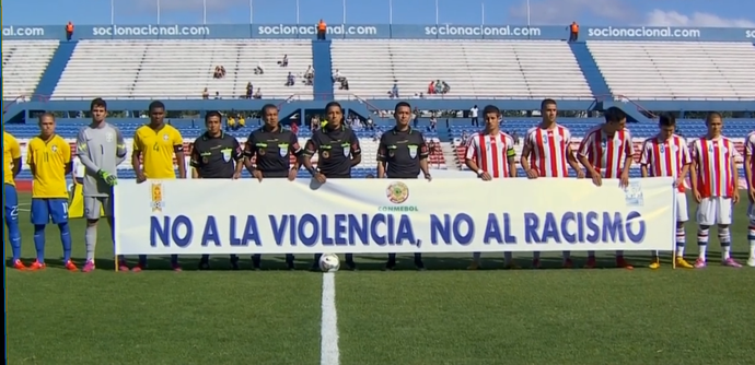 Jogadores e equipe de arbitragem seguram faixa contra racismo (Foto: Reprodução SporTV)