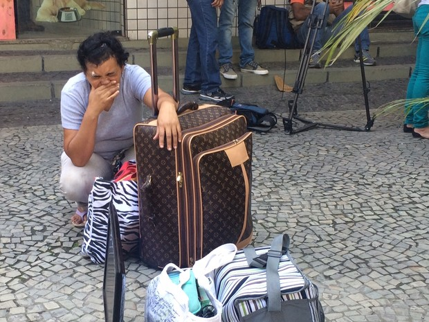 Angela de Oliveira chora na porta do prédio que explodiu em São Conrado (Foto: Matheus Rodrigues/G1 Rio)