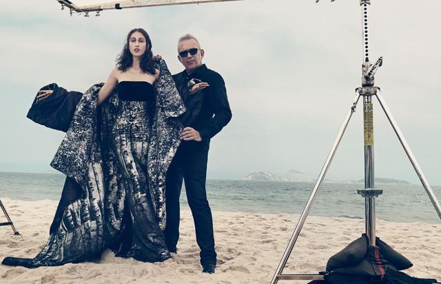 Anna Cleveland e JPG na edição de janeiro da Vogue Brasil (Foto: Gil Inoue, com styling de Patricia Tremblais e beleza de Amanda Schön)