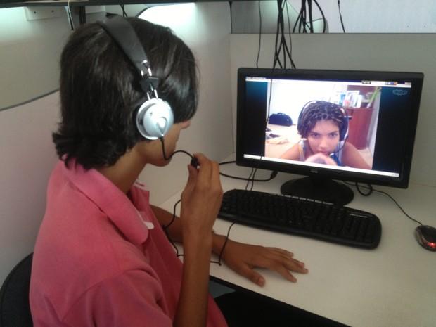Oziene conversa com o irmão, Adão Alves Vieira, pelo computador (Foto: Monique Almeida/G1)
