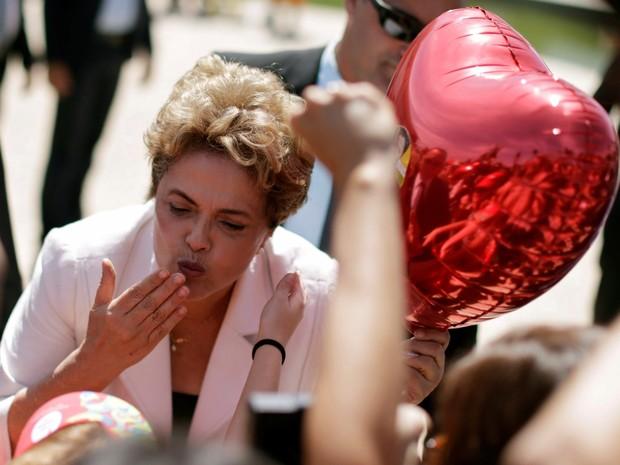 A presidente afastada Dilma Rousseff manda beijos para apoiadores durante sua saída do Palácio do Planalto, em Brasília (Foto: Ueslei Marcelino/Reuters)