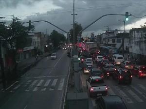 Trânsito na Abdias de Carvalho, no Recife, em 23 de junho (Foto: Reprodução/TV Globo)