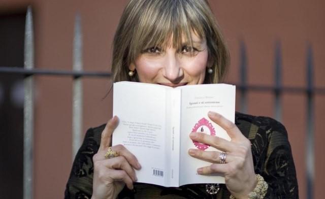 """Italiana escreve livro sobre submissão feminina: """"A mulher tem que ser doce para que o homem sinta o desejo de dar a vida por ela"""""""