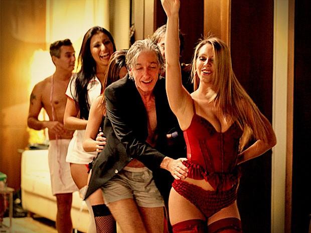Ruy vai na onda do empresário cai na farra com as mulheres (Foto: Avenida Brasil / TV Globo)