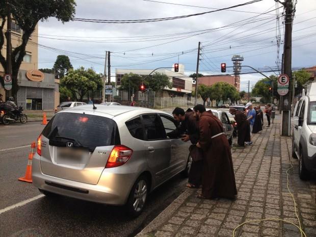Motoristas fazem fila para receber a bênção dos freis capuchinhos  (Foto: Fernanda Fraga/RPC)