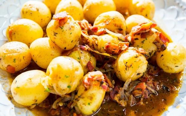 Receitas da Carolina - Batatas com bacon e cebola (Foto: Robert Schwenck)