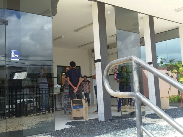 Criminosos efetuaram vários tiros contra o prédio do TRE (Foto: Ediana Miralha/Inter Tv Cabugi)