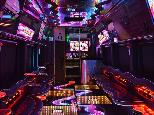 Ônibus tem capacidade para receber 45 convidados durante a festa (Foto: Amanda Pioli/G1)