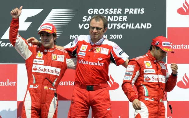 Chefe da Ferrari com Alonso e Massa no p&#243;dio da Alemanha em 2010: situa&#231;&#227;o constrangegora (Foto: AFP)