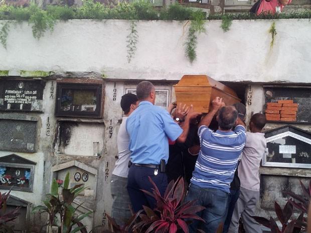 Enterro Mirela 2 (Foto: Mariane Rossi/G1)