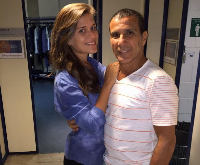 Eri posa com a noiva nos bastidores  (Foto: Giuline Bastos/Gshow)