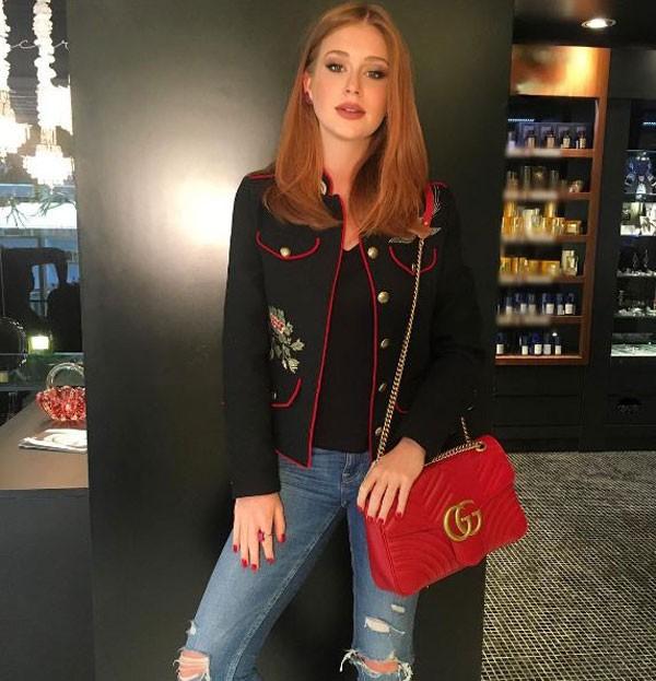 """Aquele jeans """"machucadinho"""" que sempre volta à moda (Foto: Reprodução/Instagram)"""