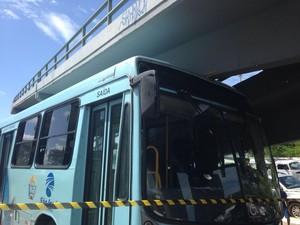Suspeito provoca acidente em ônibus em Fortaleza e morre (Foto: Leal Mota Filho/TV Verdes Mares)