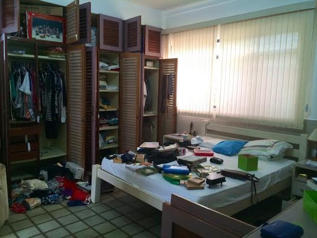 Quarto do proprietário do imóvel foi completamente revirado por suspeitos (Foto: Paula Nunes/G1)