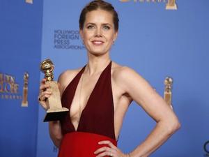 Amy Adams vence o prêmio de melhor atriz de comédia ou musical por 'Trapaça' no 71º Globo de Ouro, que acontece neste domingo (12), em Los Angeles. (Foto: REUTERS/Lucy Nicholson)