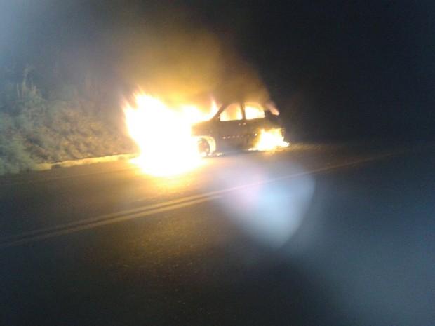 Carro do policial militar ficou destruído  (Foto: Divulgação / Polícia Militar)