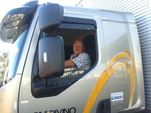 Luis Camilo Seguro é motorista há 47 anos e não pensa em largar o volante (Foto: Luciane Cordeiro/G1 Paraná)