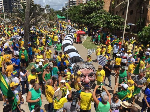 Manifestação em Maceió tem jararaca gigante com a cabeça do ex-presidente Lula (Foto: Pedro Neto / G1)
