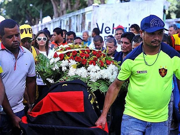 Centenas acompanharam enterro de Paulo Ricardo, no Recife (Foto: Aldo Carneiro / Pernambuco Press)