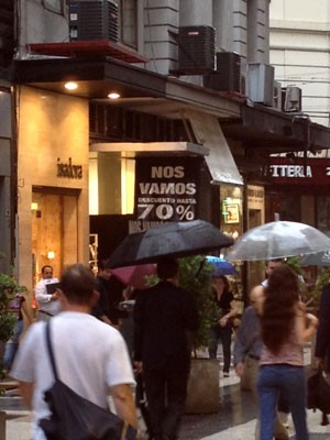 Placas anunciam fechamento de lojas por toda a rua Florida, em Buenos Aires (Foto: Giovana Sanchez/G1)