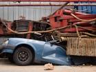 Escavadeira tomba e destrói carro em rua de São Bernardo do Campo