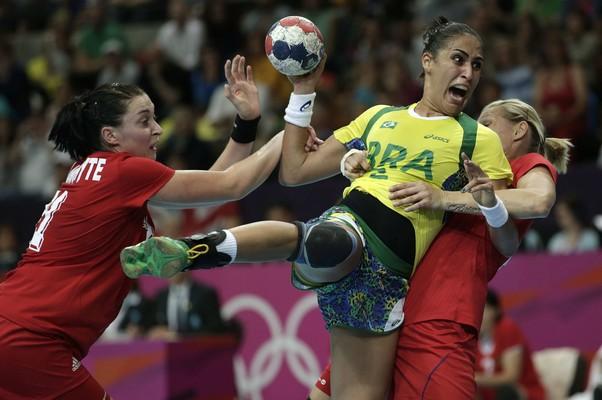 A jogadora russa Emilia Victoria defende o lançamento da brasileira Ana Paula (Foto: Marcelo Sayão/EFE)