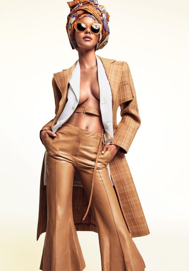 Lais ribeiro veste Céline (look e óculos, na Sáfilo). O tecido africano usado como turbante é da Blikis African (Foto: Greg Kadel)